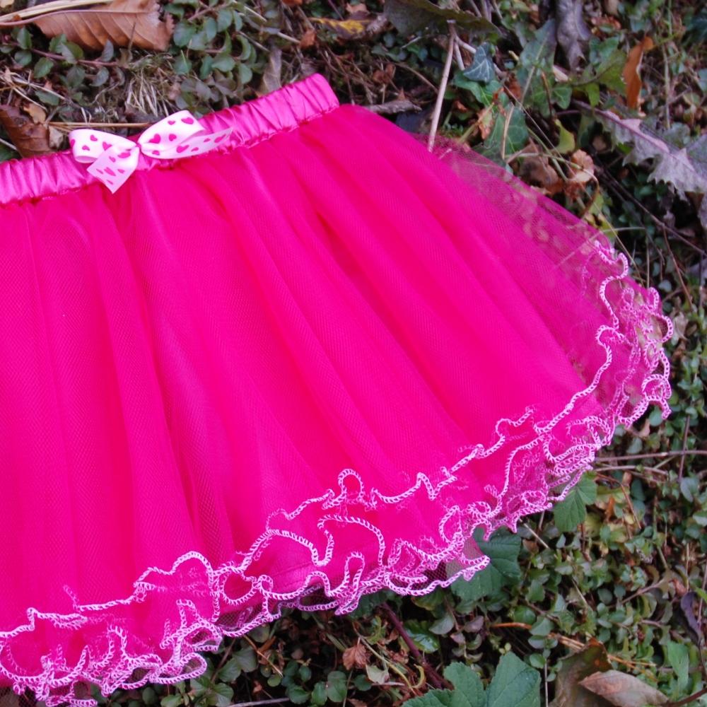 c0bd077dbfc Dětská sytě růžová tylová sukně s lemováním