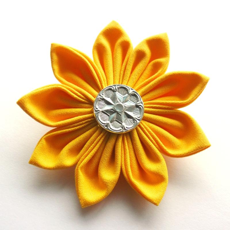 20d3450530b Žlutá kytka (brož)