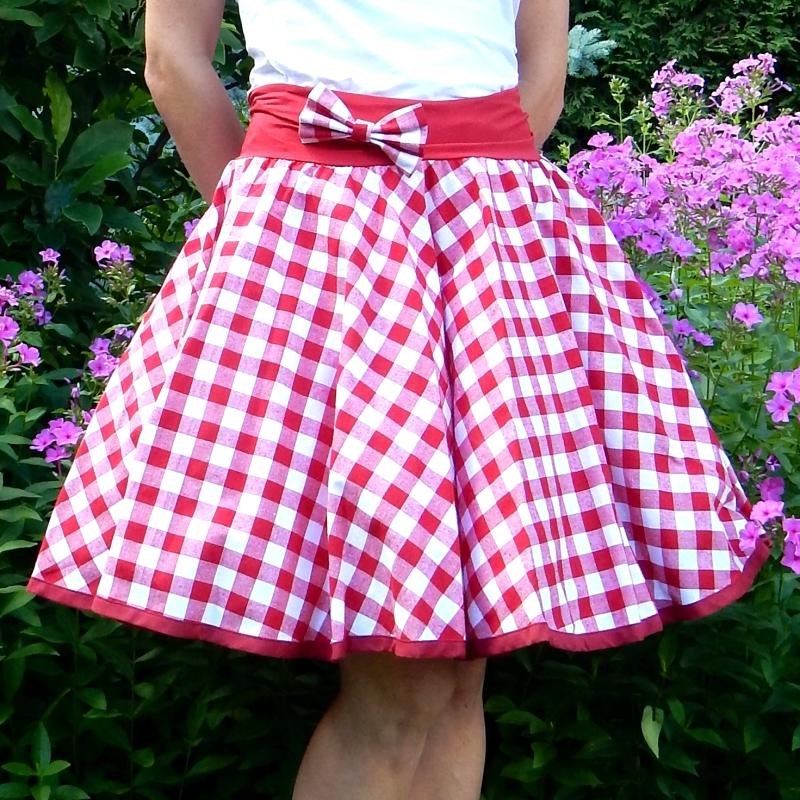 50934e9f46f Červená kostkovaná sukně + objemnější bílá spodnička